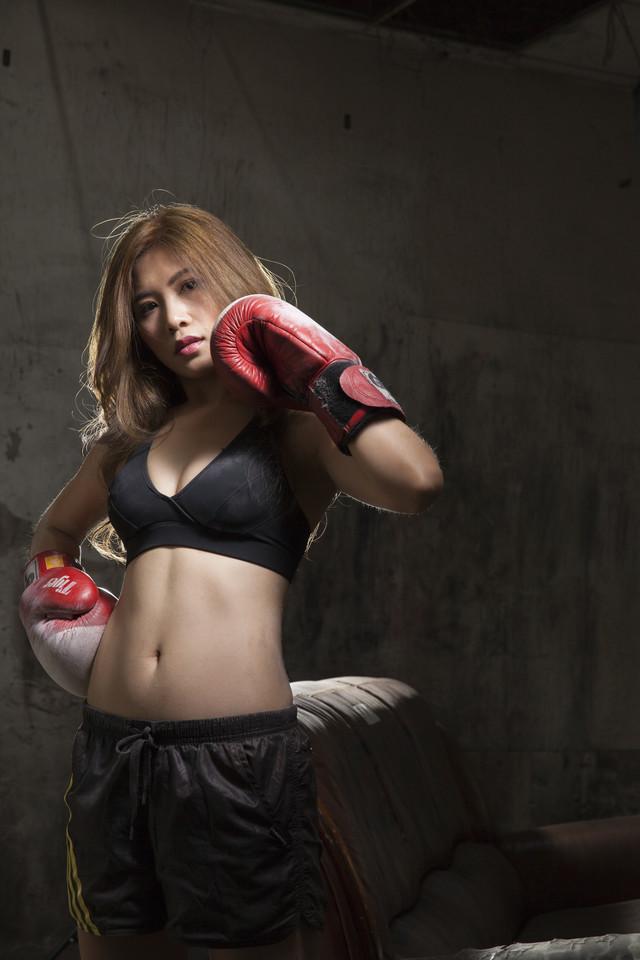 润拳击美女坐姿霸气 体育美女 美女图片